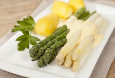 Weißer und grüner Spargel auf Teller